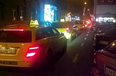 Járókelő Megoldókulcs: Megerőszakolják a taxik a bulinegyedet, a Hétker és a BKK meg csak nézik ahogy telik