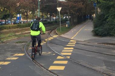 Esnek-kelnek a biciklisek, ha rossz szögben metszi a kerékpárút a síneket
