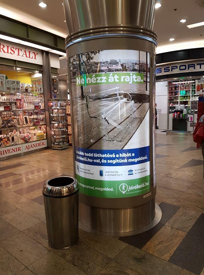 plakátokon a Járókelő
