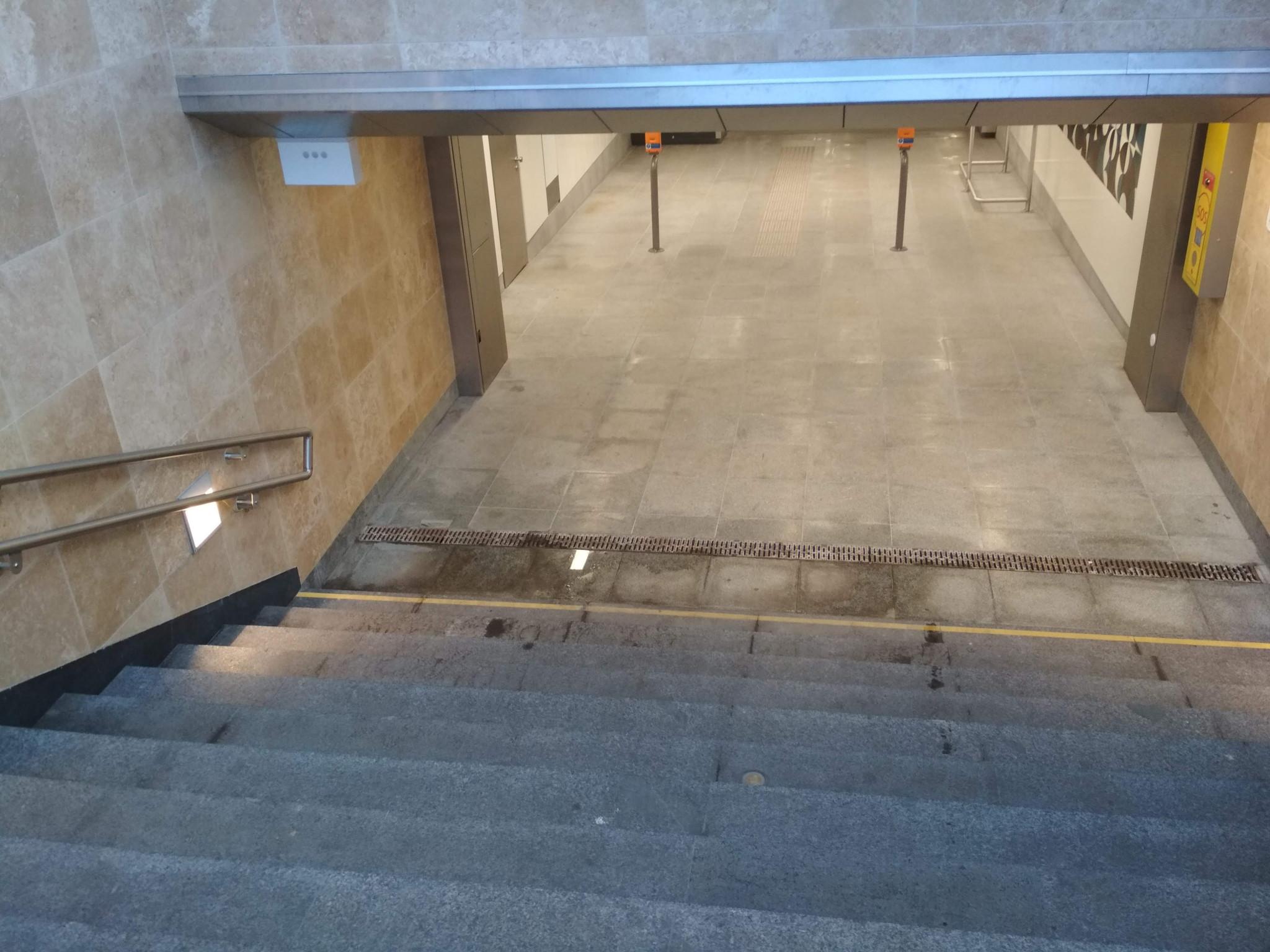 Megáll az esővíz a lépcső alján.