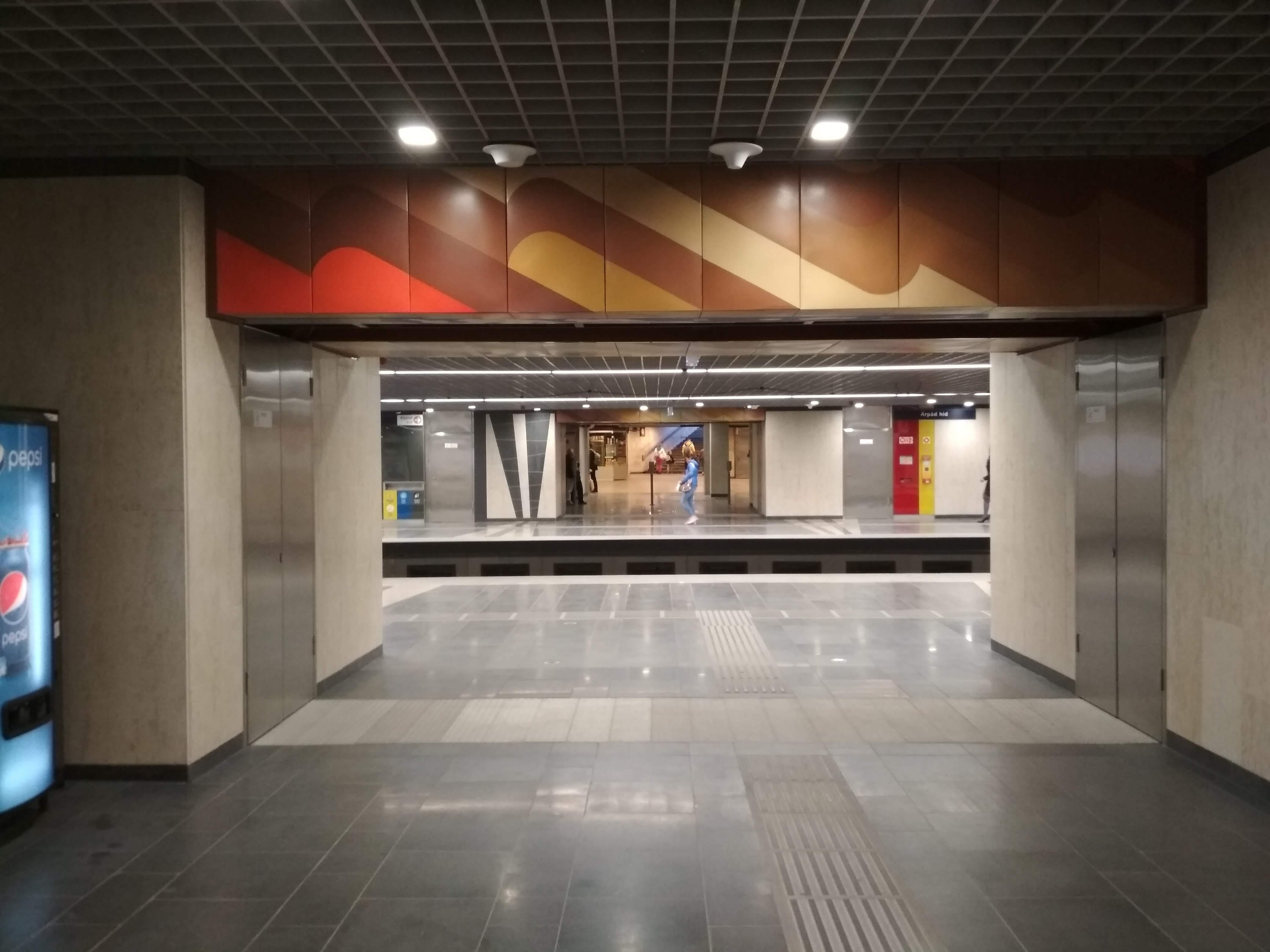 A bejárat fölötti zománcképek megmaradtak és restaurálva lettek. Ennek a látszólag apró gesztusnak köszönhetően sikerült kiemelni és megmenteni az 1984-ben átadott állomás egy értékes elemét.
