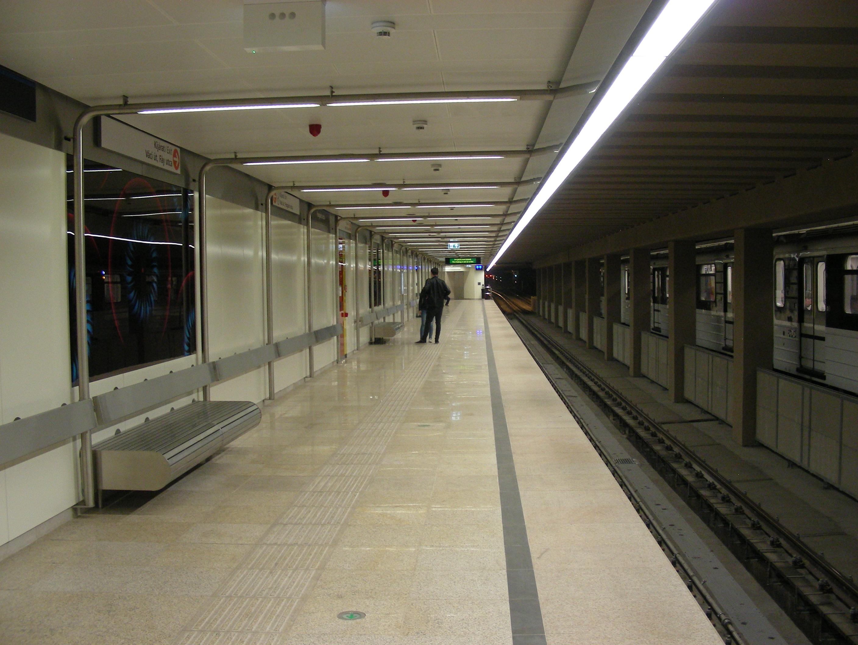A Forgách utcai állomás egyszerű, letisztult belsejét egyesek talán túl sterilnek tartják. A fehér fém falburkolat és álmennyezet, illetve a fém padok mellett rozsdamentes acél hajlított csövek is megjelennek, amelyek valószínűleg a korábbi, 1990-ben elkészült tipizált állomás terét próbálják visszaidézni.