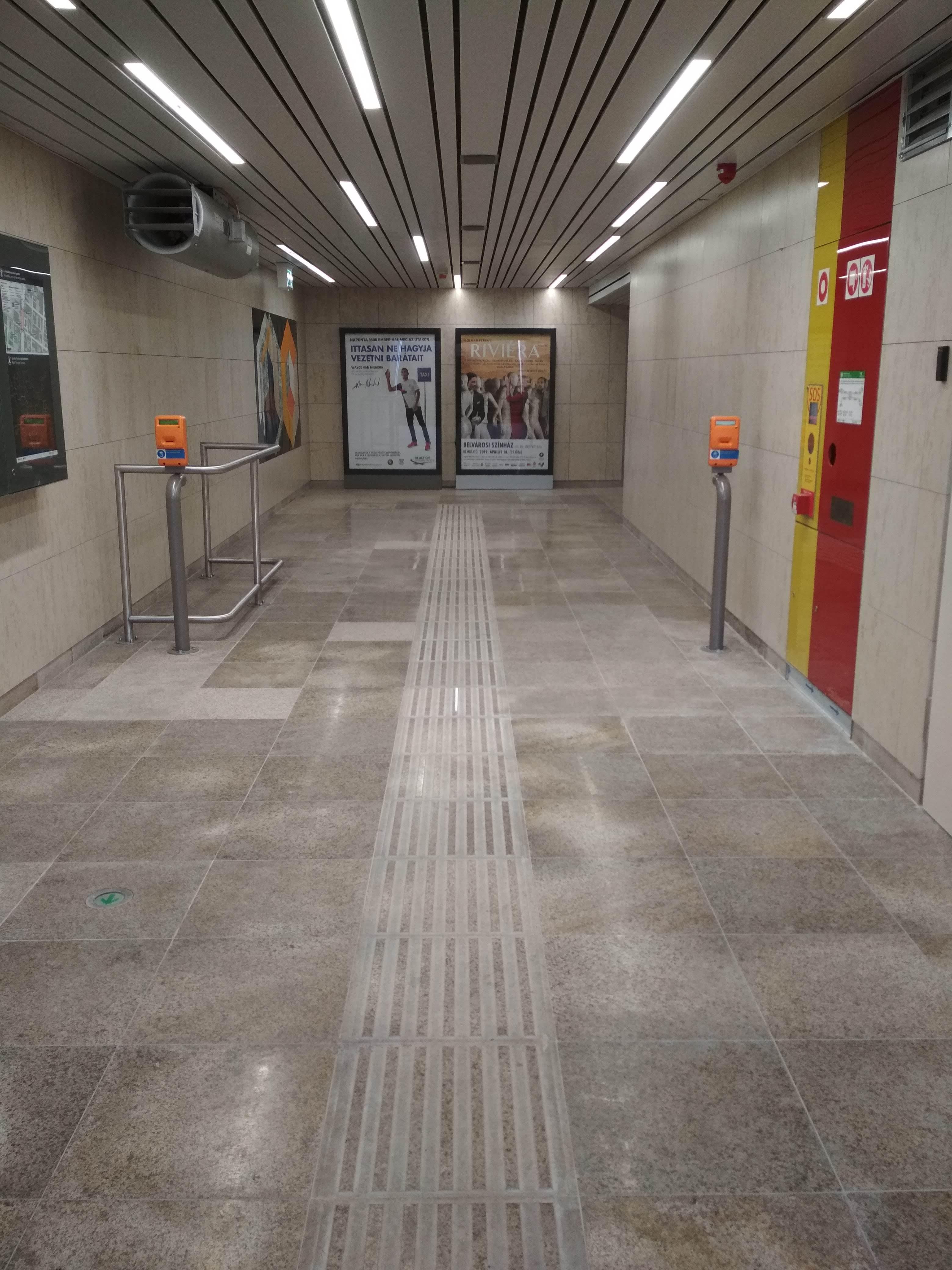 A padlóburkolatban óriási szín- és mintázatbeli különbségek vannak.