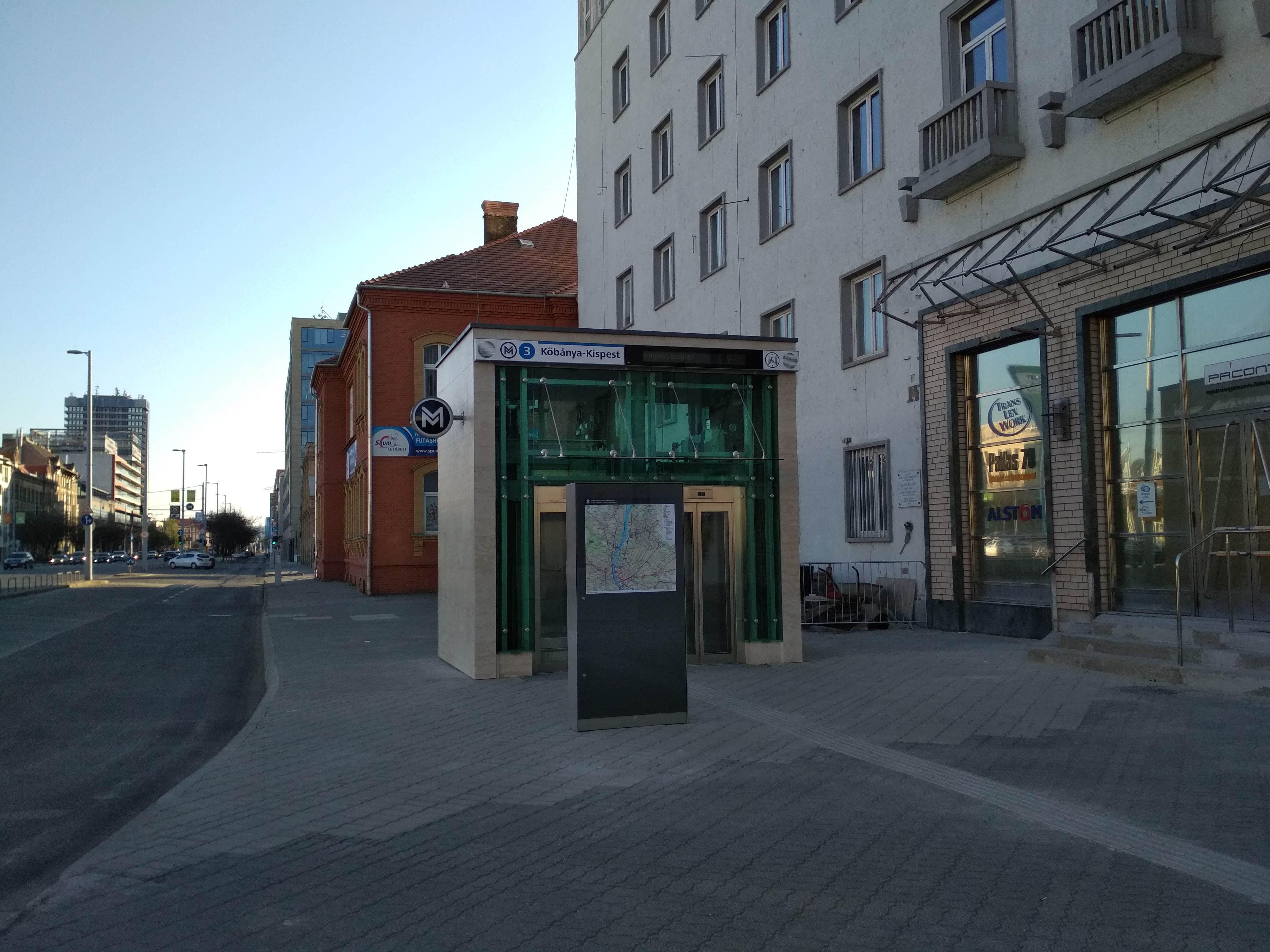 A liftek felépítményei a Forgách utcánál kőburkolatot kaptak. Körülötte a korábbihoz hasonló térkő került vissza világosabb színben, eltérő mintában lerakva.