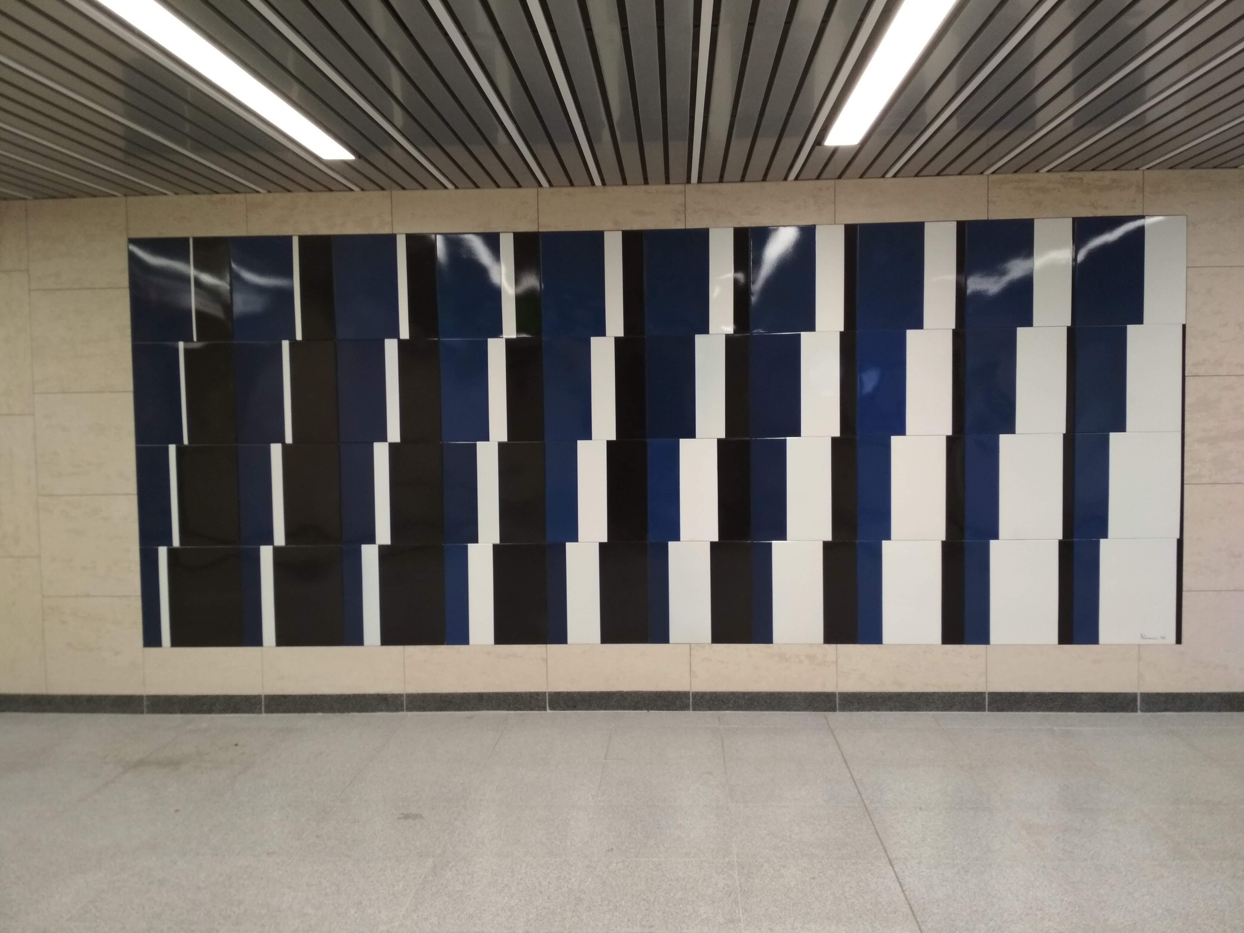 Nemcsics Antal Koloroid színtér című zománcképe.Nemcsics 1990-ben elkészítette a 3-as metróvonal színtervét, amelynek színei a felújításig a négy északi állomás arculatát határozták meg.