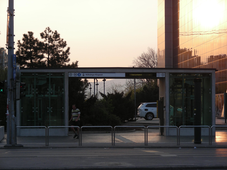 A liftek felépítményei is jól sikerültek – ezek egyedül a Gyöngyösi utcánál készültek látszóbetonból.
