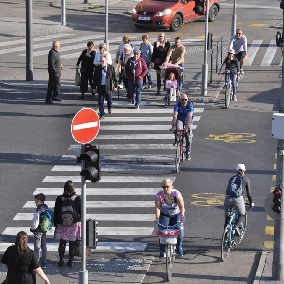 Egyszerű átkelni az úttesten!<br />Gyalogos és kerékpáros átkelőhelyek építésével biztosíthatjuk a gyalog-, illetve kerékpárutat használók biztonságos átkelését egy út keresztezésénél. Az átkelőhelyeket úgy érdemes elhelyezni, hogy azok kerülőút nélküli, közvetlen összeköttetést biztosítsanak. Az emberek általában törekednek a legrövidebb út használatára, így érdemes ezeket lekövetni a zebrák létesítésével, balesetveszélyes helyzeteket felszámolva ezáltal.