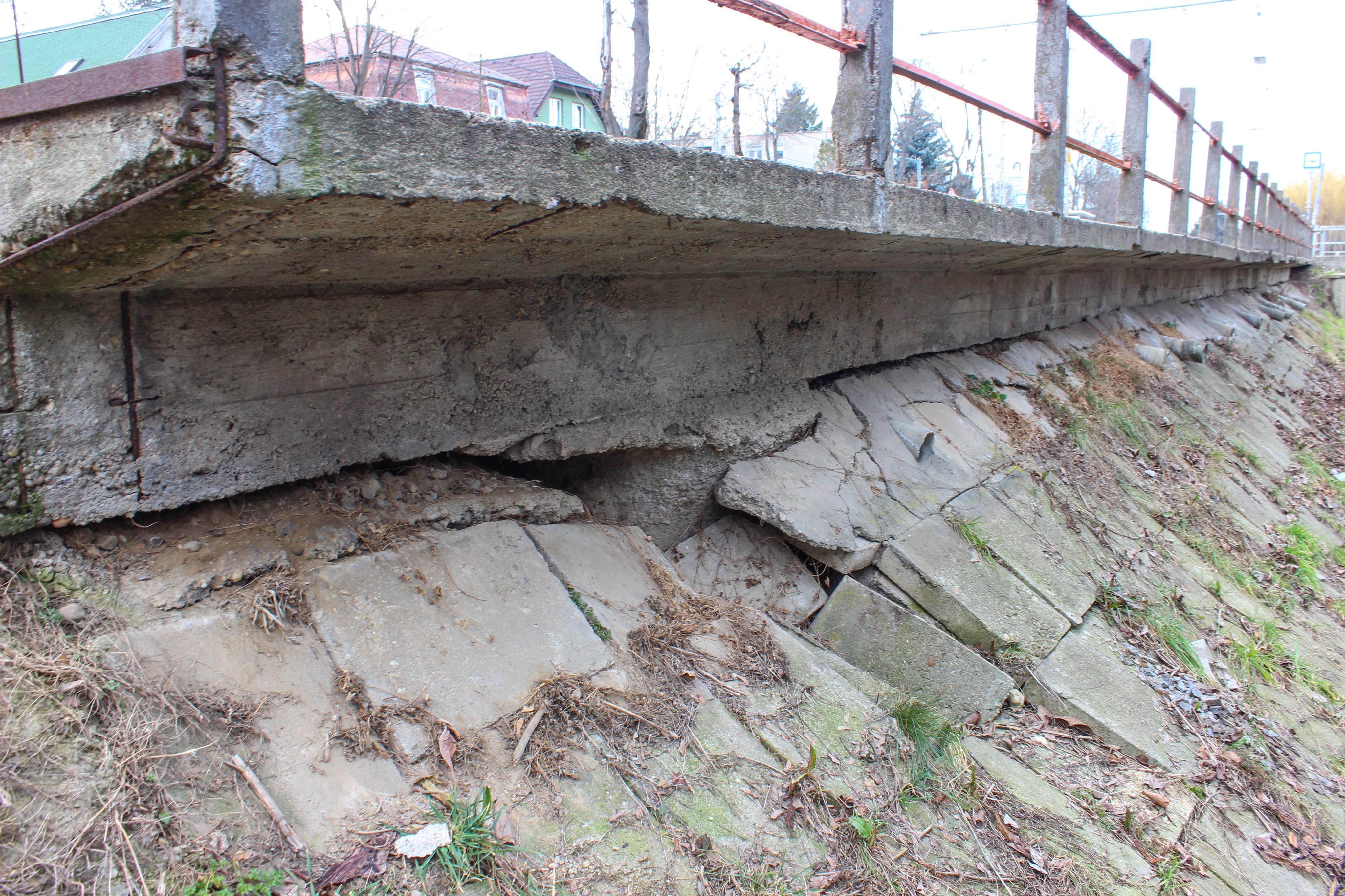 Az első villamosmegálló, amit már kihagy a villamos. Látszik, hogy eléggé alá van mosva, illetve egy részen már beomlott a beton, ami tartja. Fotó: 2019 április