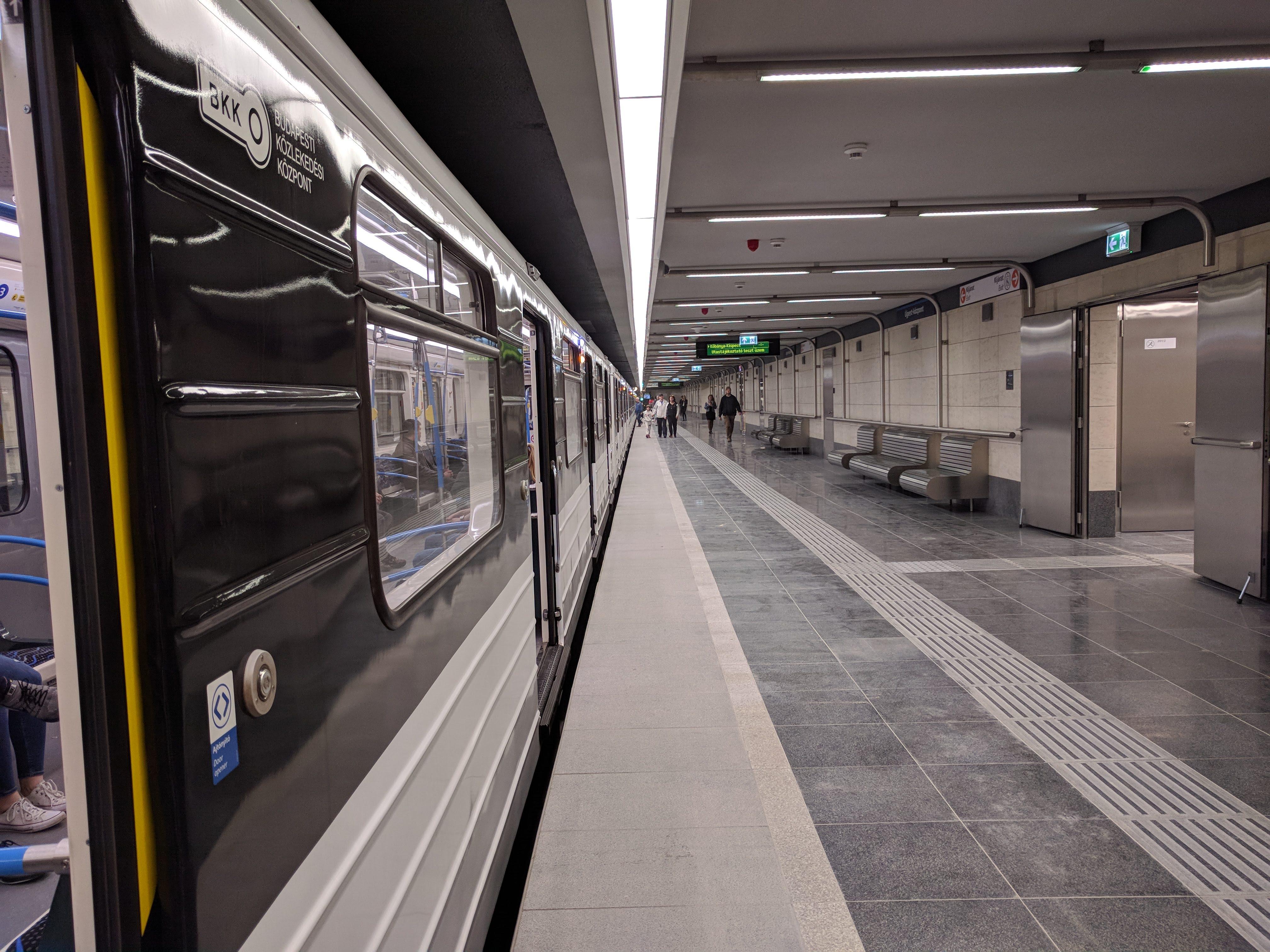 Újpest-központban a falak kőburkolatot kaptak. Megjelennek a hajlított acélcsövek is, amelyek ezen az állomáson korlátban végződnek.