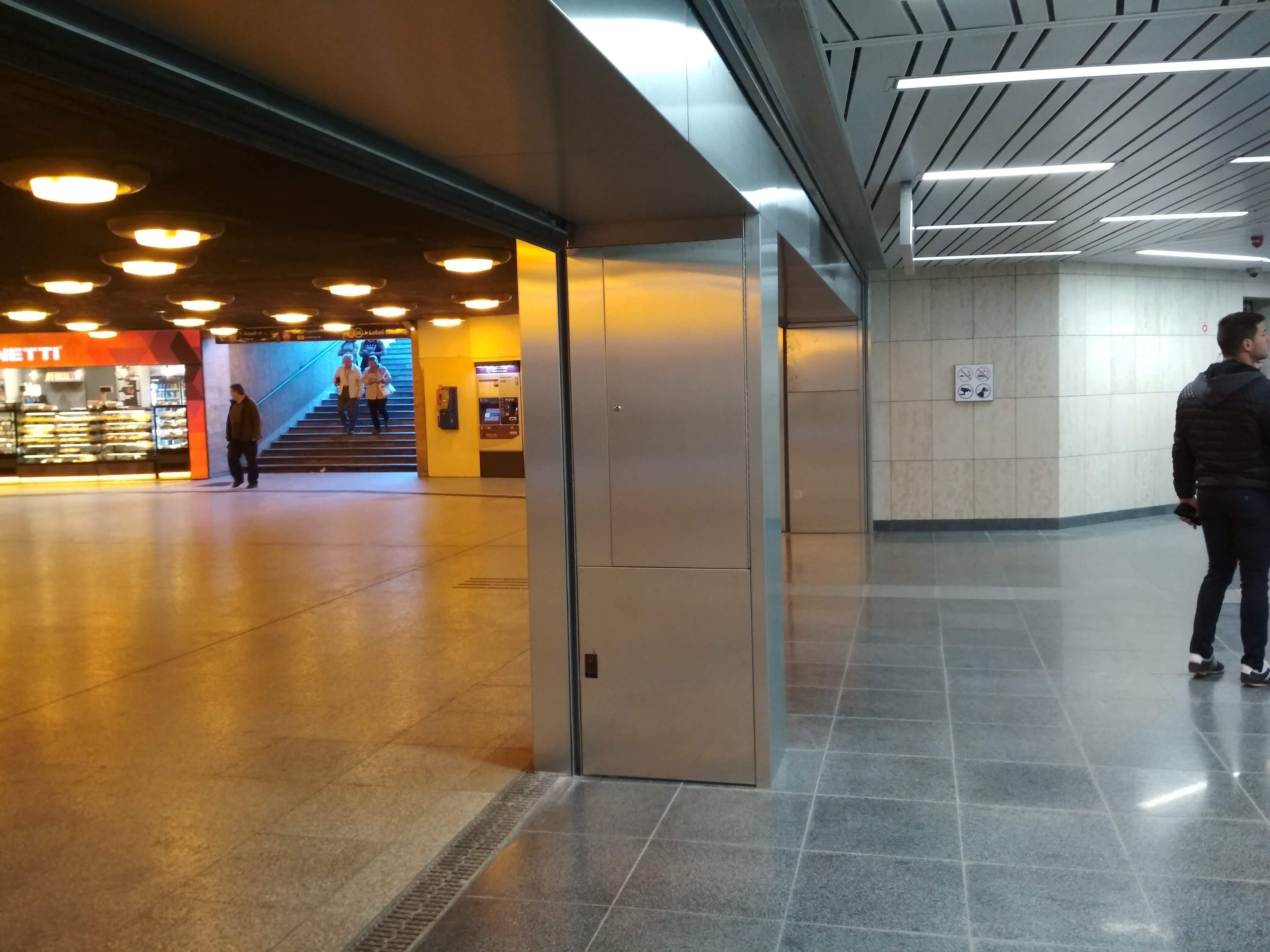 Régi és új határán. Teljesen eltérő színhőmérsékletű világítás van az aluljáróban és az állomás területén.