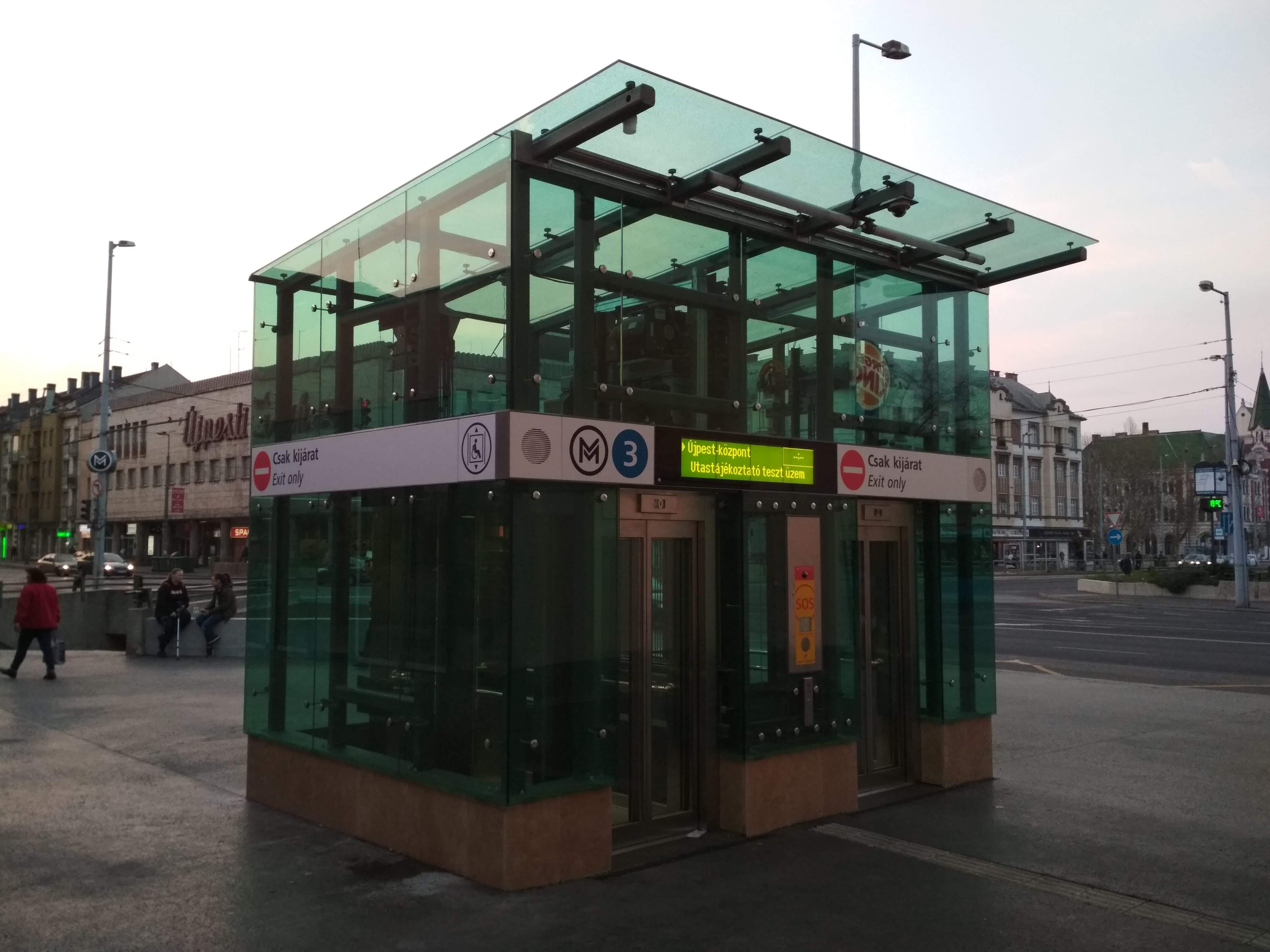 Ugyan épültek a peronokról az utcaszintre felvezető liftek, de a csomópont a felszínen továbbra sem átjárható, így a mozgáskorlátozottak jelentős kerülőkre kényszerülnek.