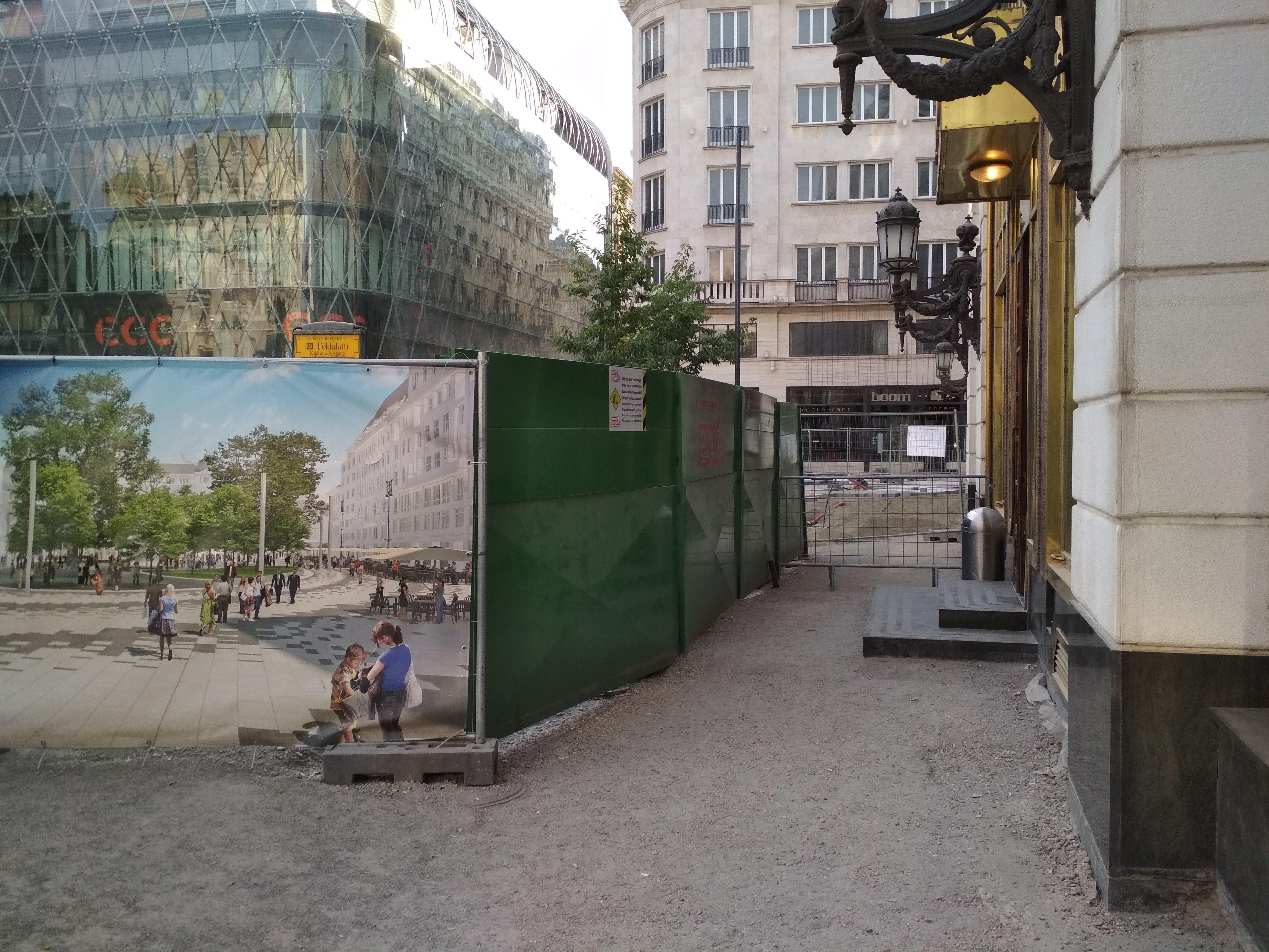 Aki a Harmincad utca felől érkezve a 2-es villamos Vigadó téri megállójához szeretne eljutni, az néhány percig sikertelenül fogja keresni azt a nem létező ösvényt, ami a tér északi részén biztosítaná az átjutást