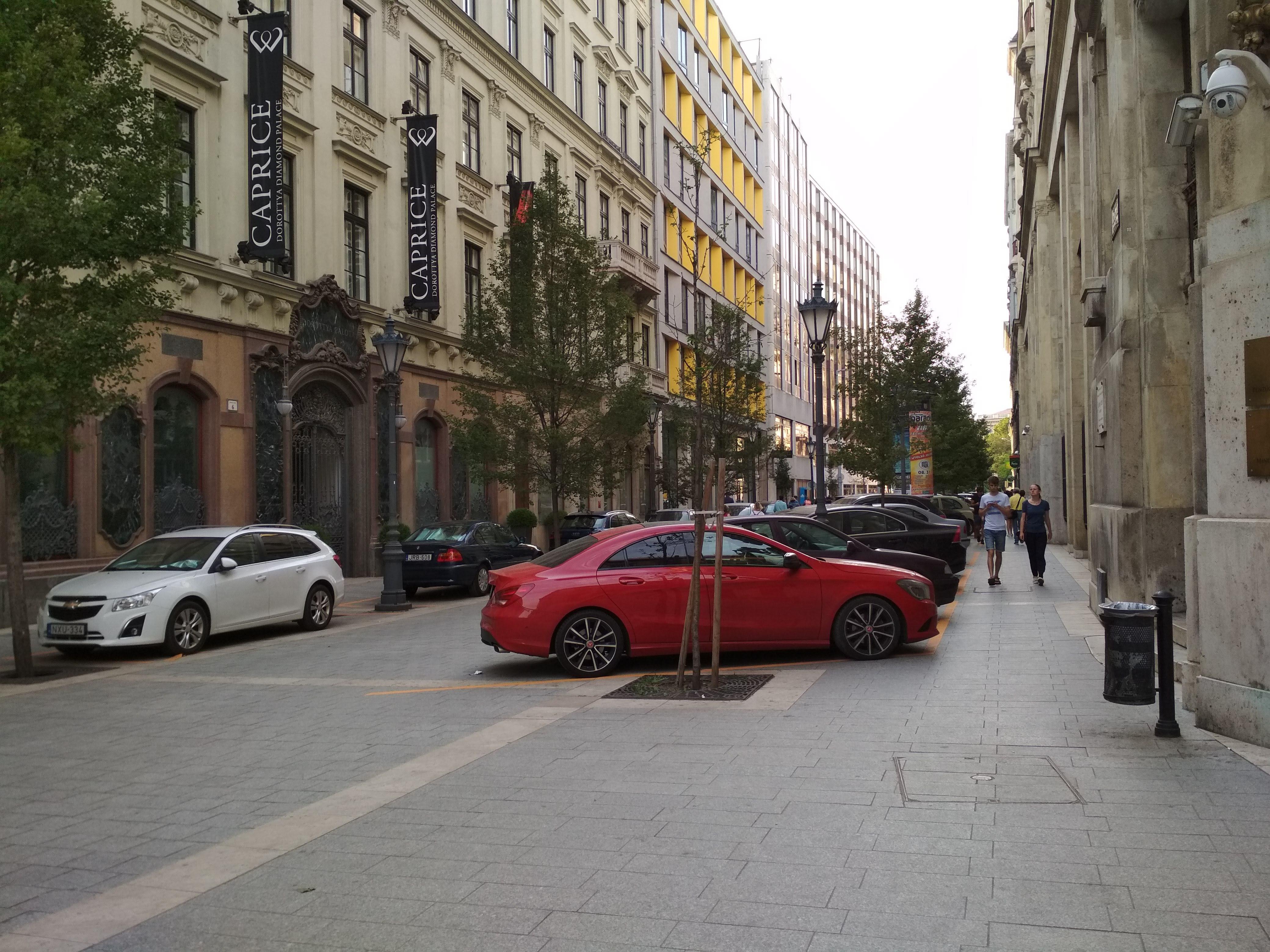 Dorottya utca: autólerakat a gyalogos-kerékpáros övezetben