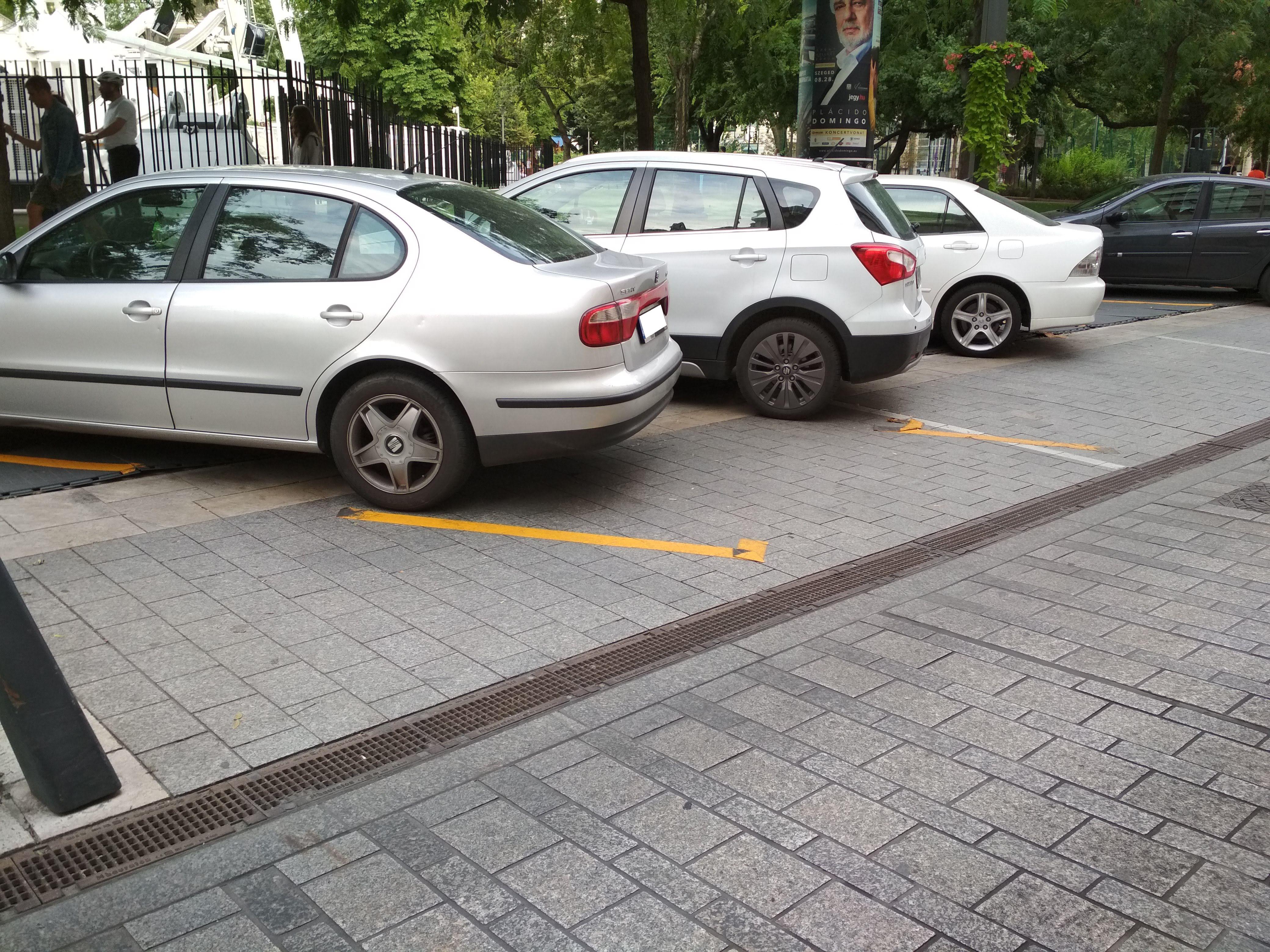 A parkolóhelyeket jelölő sárga szalagok nincsenek túl jó bőrben