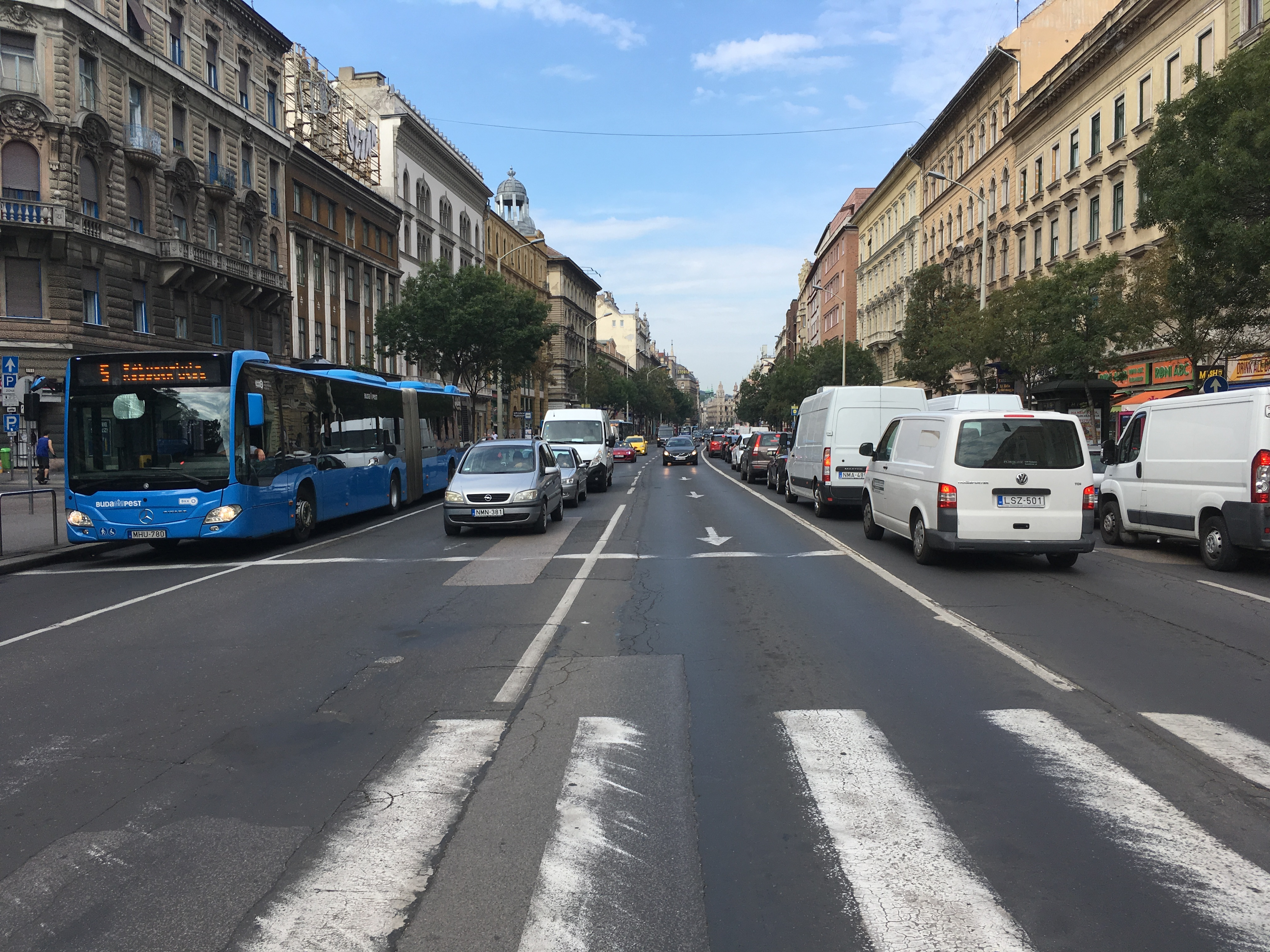Hétköznapi autóforgalom a Budapest belvárosában.