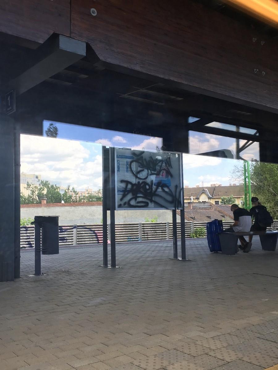 Összefirkált információs tábla Újpest vasútállomáson, 2018. július 13. jarokelo.hu/33242 (Fotó: Erdősi Mátyás)