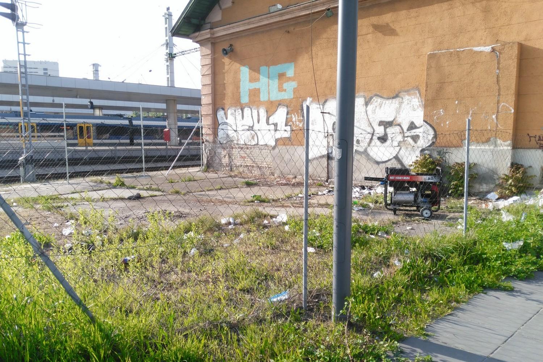 """Szemét, graffiti és egy """"hangosan berreg eszköz"""" Kelenföldön, 2017. április 24. jarokelo.hu/20086 (Fotó: Barna Gábor)"""