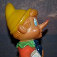 Gumiból készült Pinokkió figura