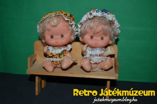 Padon ülő babák