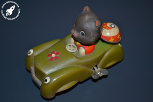 Óraműves csengős kisautó