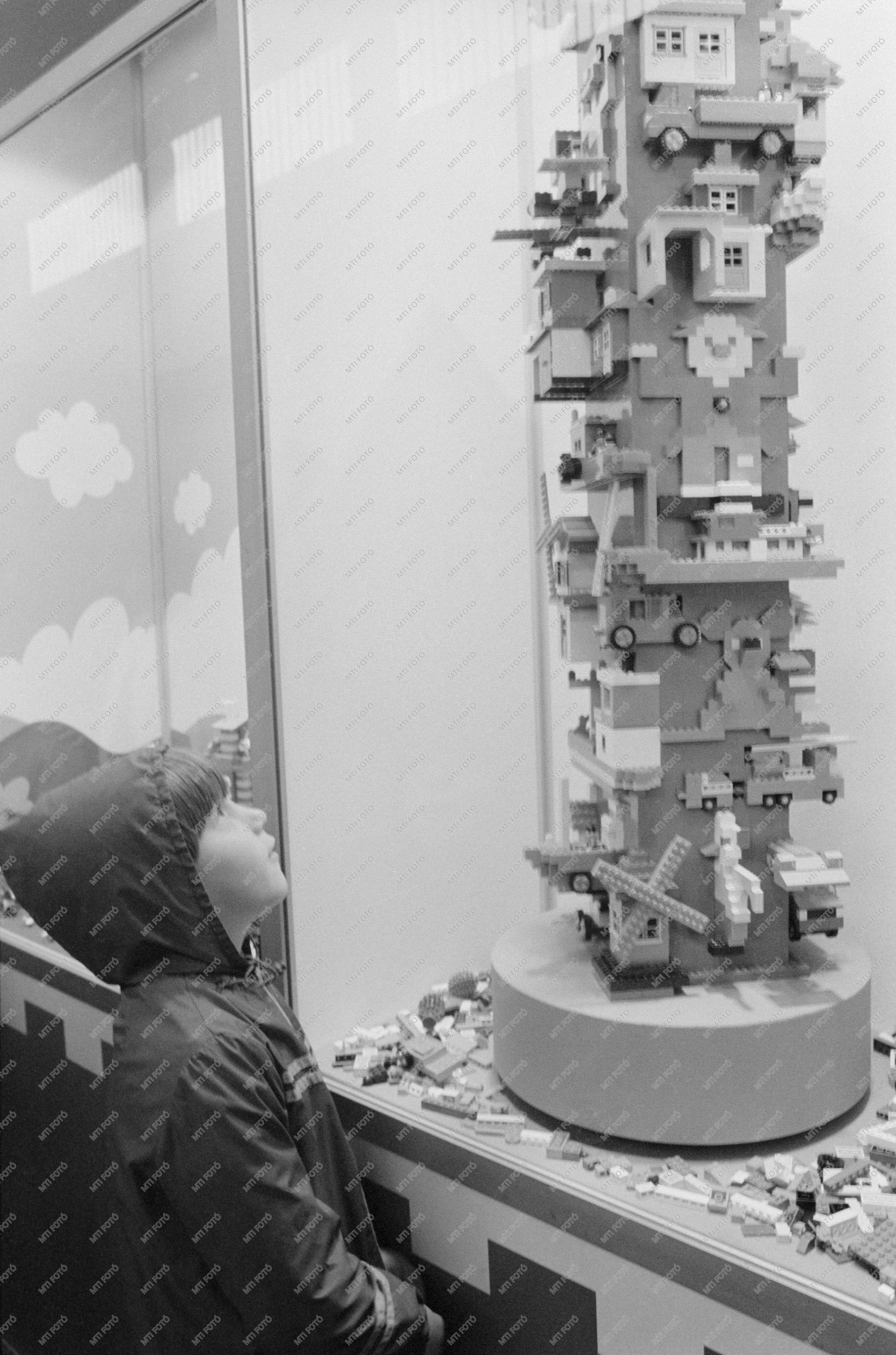 budapest_1983_szeptember_18_kisfiu_nezi_a_lego-jatekokat_a_budapesti_nemzetkozi_vasarral_parhuzamosan_megrendezett_interplay_expo_nemzetkozi_jatekkiallitason.jpg