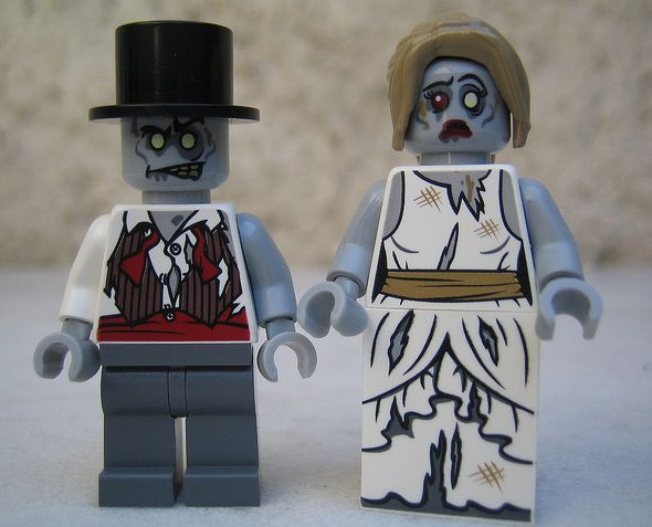 lego-monster-fighters-9465-the-zombies-figures_1.jpg