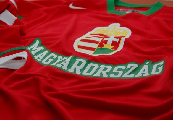 f787443d51 A szurkolói mez Magyarországon kiskereskedelmi forgalomba csak nagyon  limitált darabszámban kerül, a Nike sportszergyártó cég kiemelt üzleteiben  (Budapest, ...