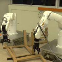 Húsz perc alatt szerelt össze egy Ikea-széket két robotkar