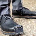 Intelligens cipő segíti a vakokat akadályok elkerülésében