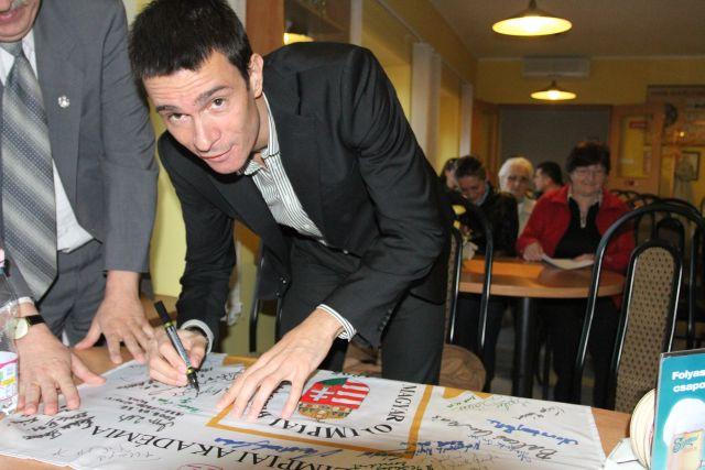 Balogh Gábor_Tata_zászló aláírásakor.jpg