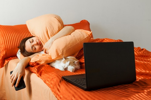 lazy-woman-sleeps-bed-with-laptop-her-knees-sleeping-cat-nearby_90756-672.jpg
