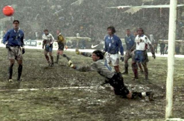 un-jovencisimo-gianluigi-buffon-hace-una-parada-en-el-rusia-italia-de-1997.jpg