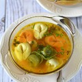 Metélőhagymás zöldséges tortellini leves