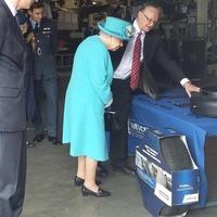 A királynőt érdekli az abroncsgyártás