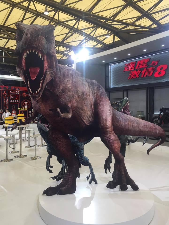 Egy másik szögből viszont jobban látszik, a T. rex bőrének a színezete sötétebb lett, sokkal inkább hasonlít most már a Jurassic Park-os kinézetéhez.