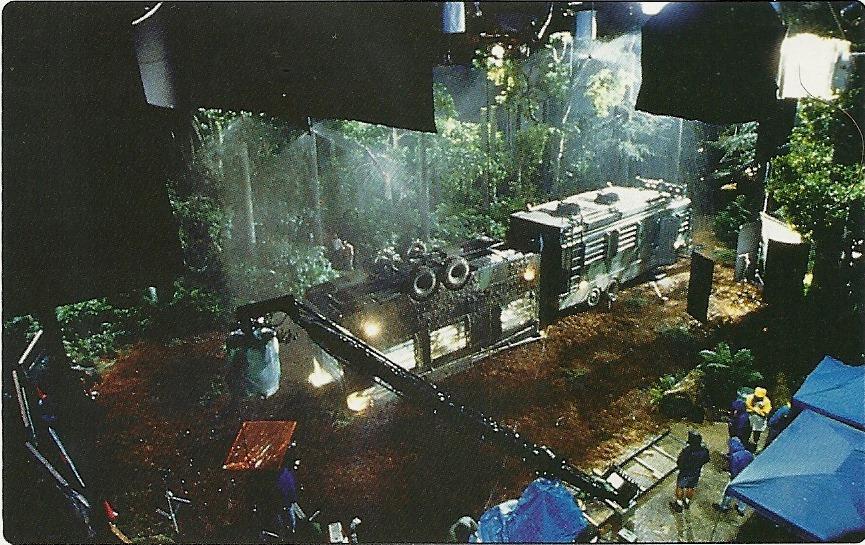Hammond csapatának a buszát egy emelvényről, majd később egy parkolóház oldaláról is lelógatták.