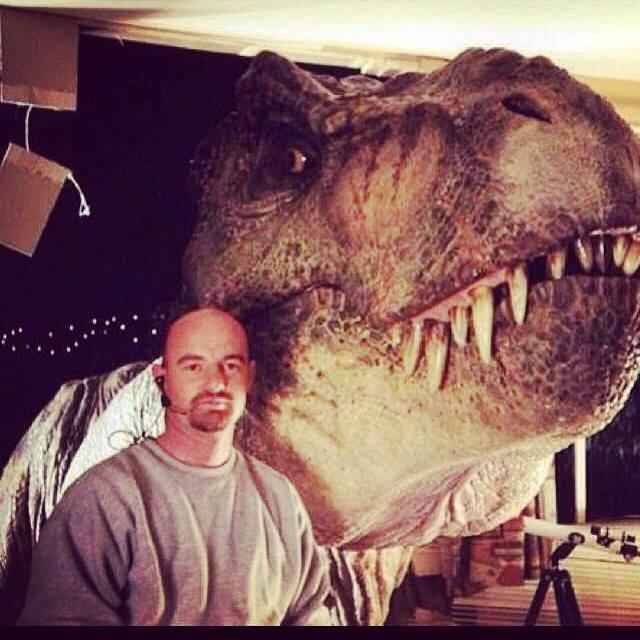 Aki már olvasta a korábbi bejegyzéseimet a kimaradt jelenetekről, az már találkozhatott ezzel a képpel: a jelenetben, melyben egy san diegoi család ébred rá, hogy egy dinoszaurusz van a kertjükben, eredetileg a T. rex be is nézett volna a szobába. A jelenetet le is forgatták, de végül kivágták a kész filmből és sajnos ezen a fotón kívül más nem is maradt meg a jelenetből.