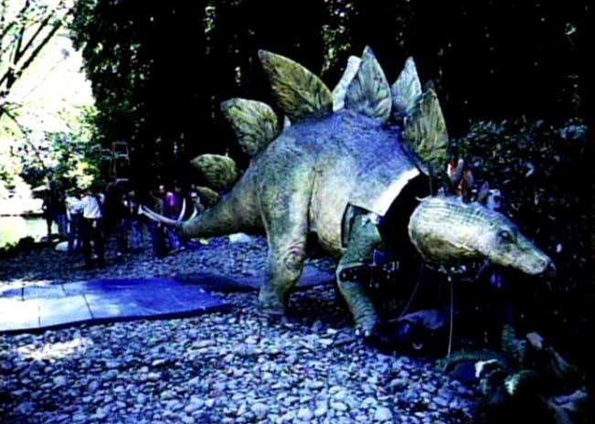 A majdnem teljesen megépített Stegosaurus-t kivitték a kaliforniai forgatási helyszínre is, de végül biztonsági okokból még sem forgattak vele.