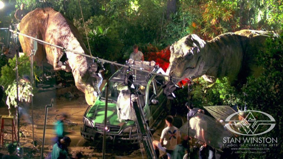 A két T. rex kegyetlenül elbánt Eddie-vel és Mercedes ML 320-asával.