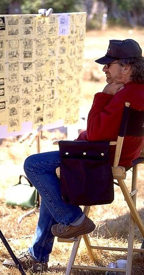 Steven Spielberg a külszíni forgatáson, épp áttekinti a leforgatandó jelenet storyboard-ját.
