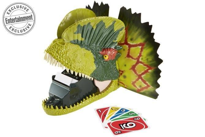 Sok más franchise játékai között láttam ilyesmi kártyajátékot, a film egy-egy karakterét ábrázoló adagolóban elhelyezve. Az, hogy a Dilophosaurus lett így megformázva, talán arra enged következtetni, hogy tényleg visszatér a népszerű dinoszaurusz. Maga a kártyajáték hasonlatos az UNO-hoz, és ha nem szerencsés az ember, a Dilophosaurus köpködni fogja a kártyákat!