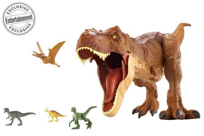 Ez a figura Colossal néven fog futni, ami a méretére utal: 3 láb hosszú, azaz 91 centiméter! A szája is mozgató, a lábát a talajnak ütve pedig dübörgő hangot hallat, és velőt rázó üvöltésre is képes. A figura 20 minifigura lenyelésére is képes lesz!