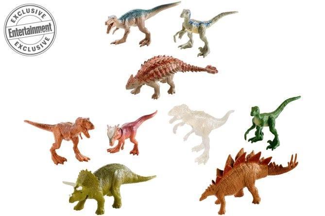 Ezen a képen több ismert dinoszauruszt láthatunk, az Allosaurus új szereplője lesz a filmnek is, ahogyan a Stygimoloch is. Ez utóbbi és a zöld, valószínűleg vad Raptor között egy átlátszó dinoszaurusz figura látható, vagy így próbálják az Indoraptort rejtegetni, vagy... egy másik dinoszaurusz lesz a filmben is láthatatlan... A dinók 3-as pakkban, 9.99 dollárért kerülnek a boltok polcaira.