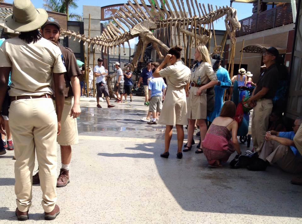 Akárcsak egy működő szórakoztatópark, a turisták mellett a park alkalmazottjai is szép számmal mászkáltak a forgatáon