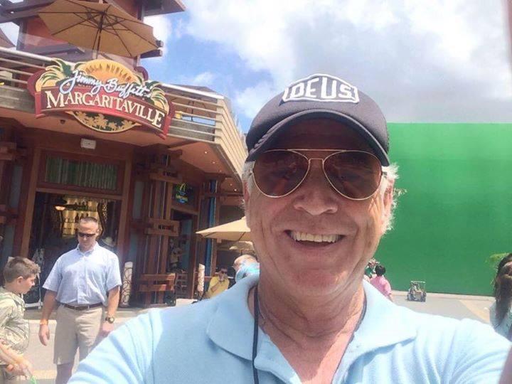 A Margaritaville bárjánál maga a névadó tulajdonos, Jimmy Buffett is ott szorgoskodott, aki Frank Marshall producer régi barátja és zenésztársa