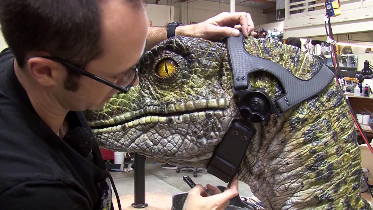 Egy Velociraptor szobor, melyen a fejükön levő kamera elhelyezését is tesztelhették, hogy a számítógépen könnyebb legyen megalkotni