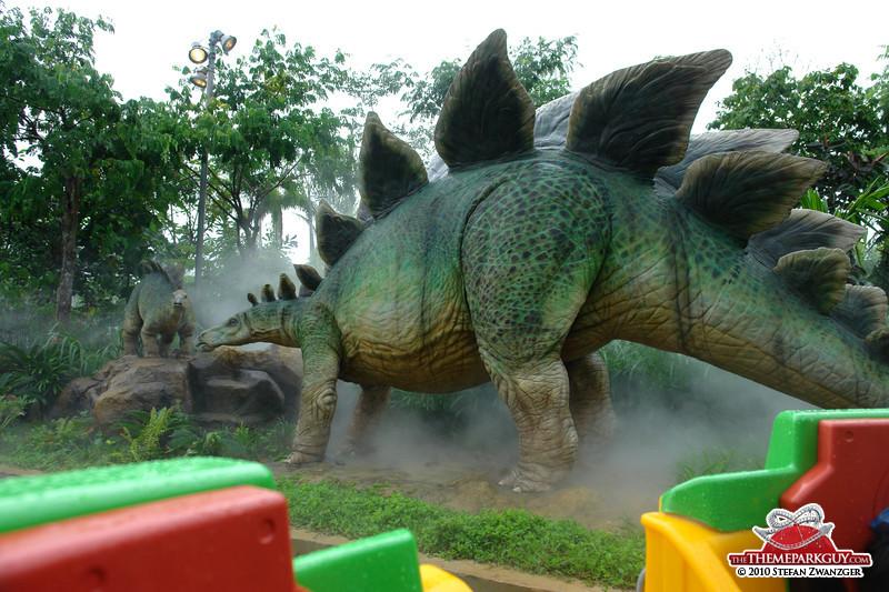 Minden vízi túrán kicsit másabb az elrendezés, és mindegyiken vannak olyan látványosságok, amelyek máshol nincsenek, Szingapúrban ezt a lenyűgöző Stegosaurust kapták a látogatók.