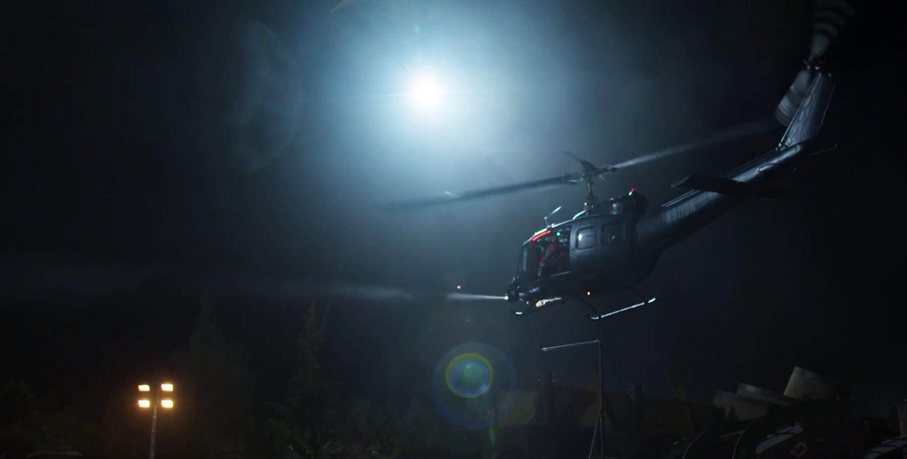 A helikopteres jelenetet, melyet elvileg az esőkabátos alakkal vettek fel, zuhogó esőbe játszódik, ilyen jelenetet nem láthattunk a negyedik filmben