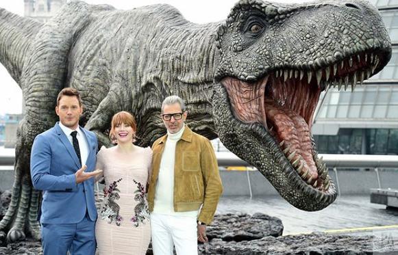 A film rendezője és Frank Marshall producer is fotózkodott már a londoni Rexy-vel, és természetesen a film sztárja is, Chris Pratt, Bryce Dallas Howard és Jeff Goldblum is megjelentek!