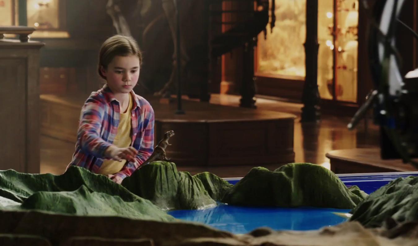 Lockwood birtokán a kislány Isla Nublar makettjével játszik